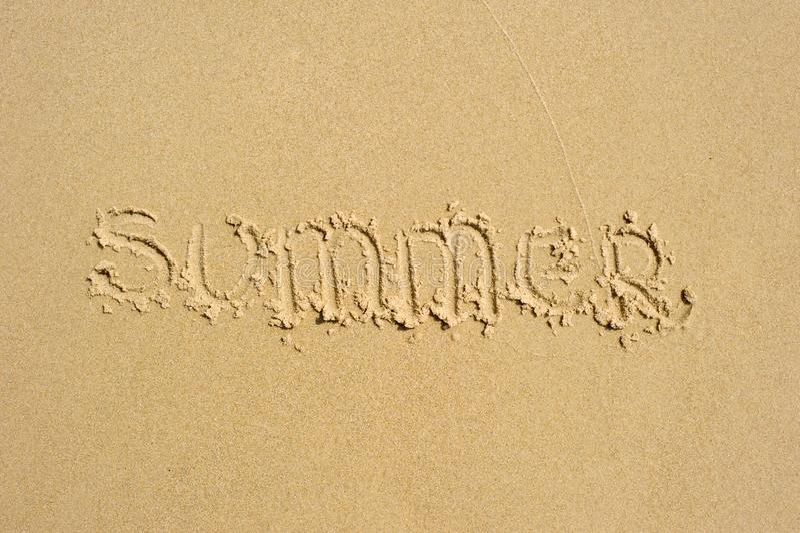 ` Καλοκαίρι ` που γράφεται στην άμμο στοκ εικόνα