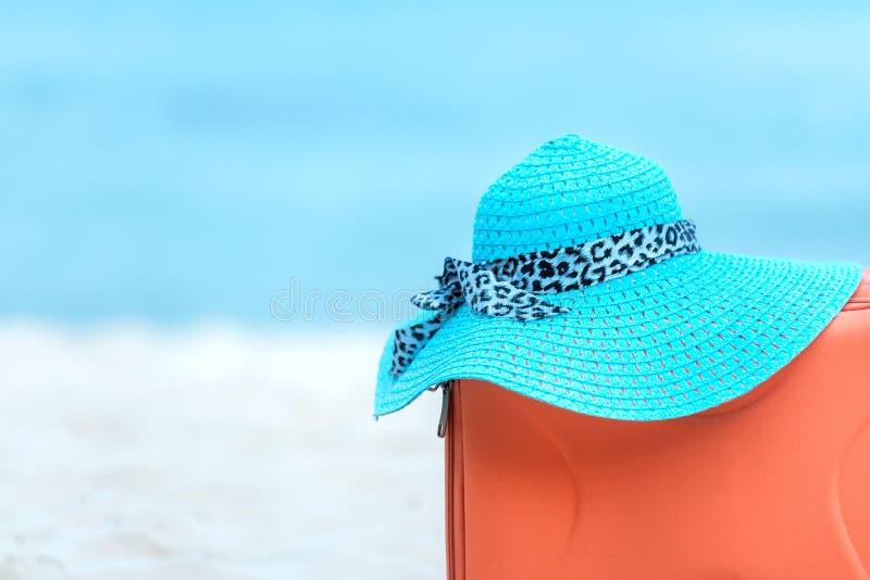 Καλοκαίρι που ταξιδεύει με την ηλικιωμένη γυναίκα βαλιτσών και μόδας, αστέρι ψαριών, γυαλιά ήλιων, καπέλο Ταξίδι στις διακοπές, τ στοκ φωτογραφία