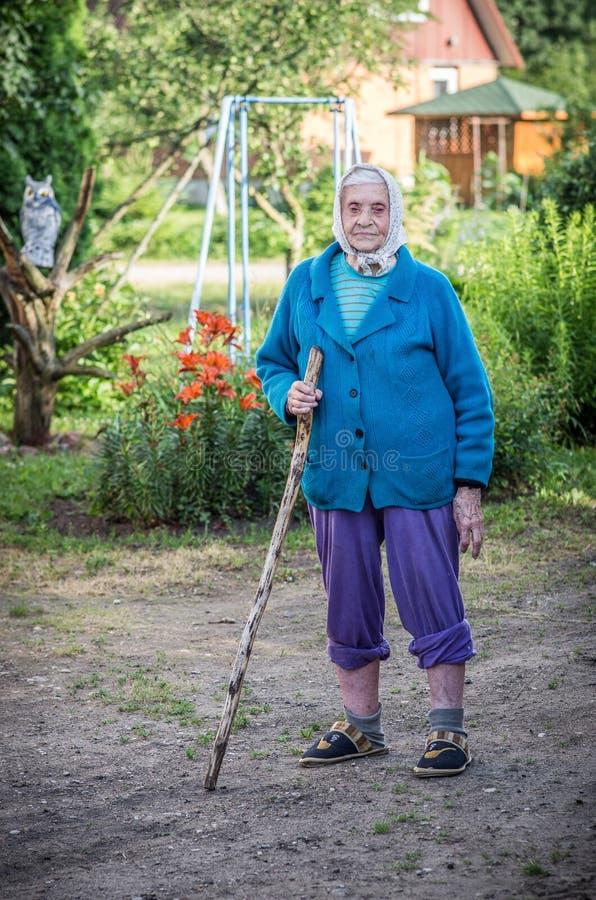 Καλοκαίρι σε μια επαρχία, ηλικιωμένο άτομο με έναν κάλαμο στοκ φωτογραφία