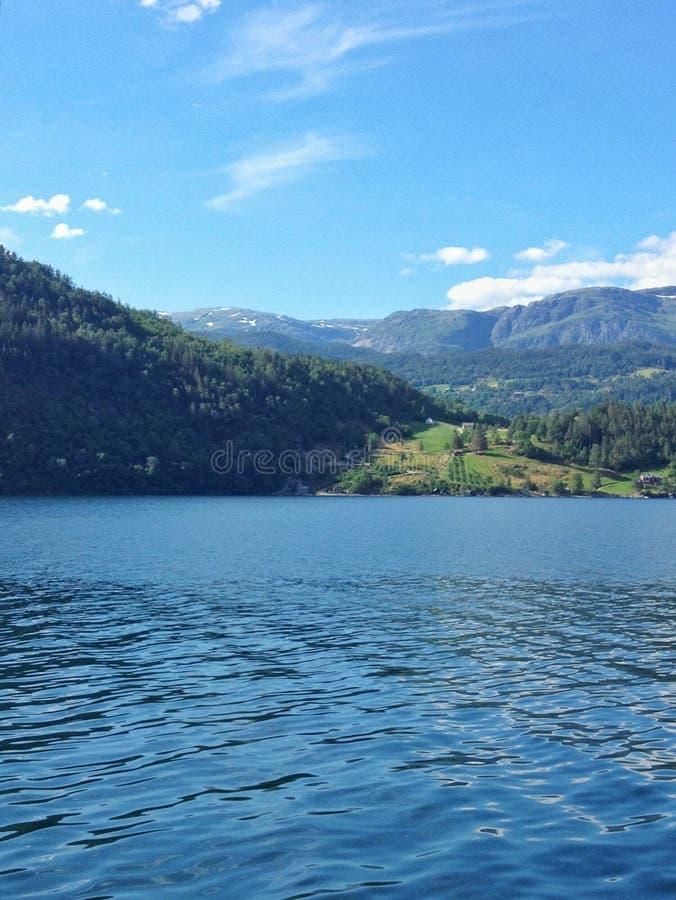 Καλοκαίρι της Νορβηγίας φύσης Νερό, δασικό φιορδ μια ηλιόλουστη ημέρα στοκ φωτογραφία με δικαίωμα ελεύθερης χρήσης