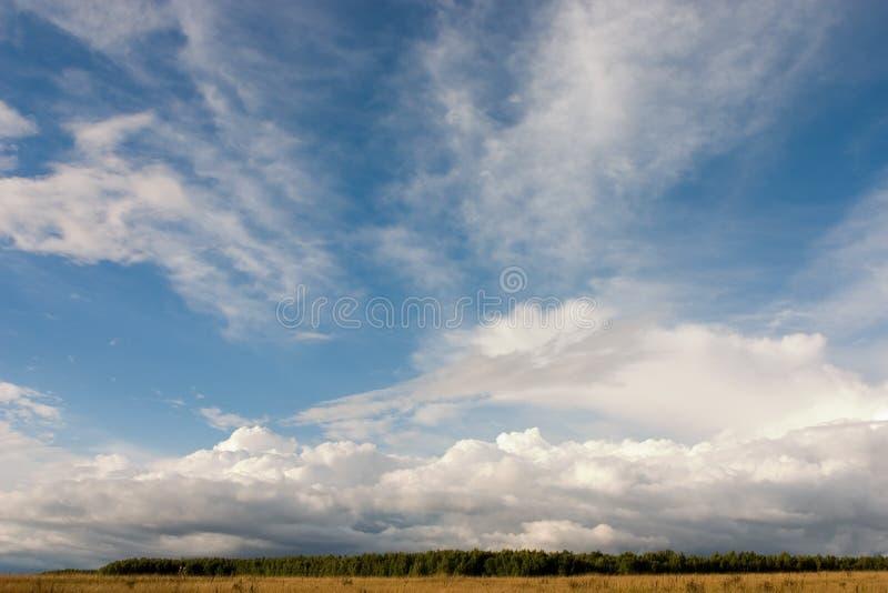 Download καλοκαίρι τοπίων στοκ εικόνες. εικόνα από σύννεφα, καθαρίστε - 377418