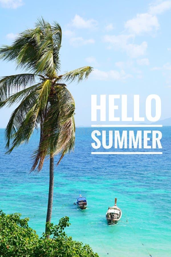 Καλοκαίρι τροπικό με το δέντρο καρύδων, τη μακριά βάρκα ουρών, το μπλε ουρανό και την μπλε θάλασσα €œHello Summer† λέξεων στοκ φωτογραφίες