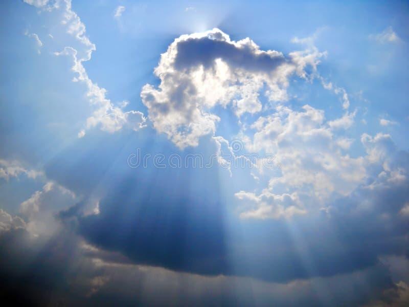 Καλοκαίρι skyscape με τα σκοτεινά και ελαφριά σύννεφα και το φως του ήλιου στοκ εικόνες