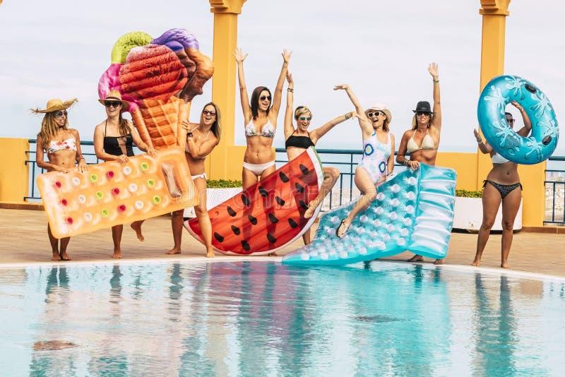 Καλοκαιρινές διακοπές στην πισίνα - ταξίδια και απόλαυση της φιλίας για τους νέους όμορφους ανθρώπους - ομάδα γυναικών με μπικίνι στοκ εικόνες με δικαίωμα ελεύθερης χρήσης