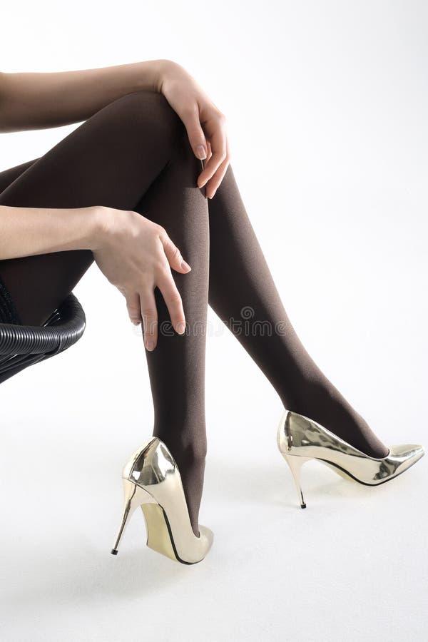 καλσόν Εύμορφα θηλυκά πόδια στο pantyhose και τα υψηλά τακούνια στοκ εικόνες με δικαίωμα ελεύθερης χρήσης