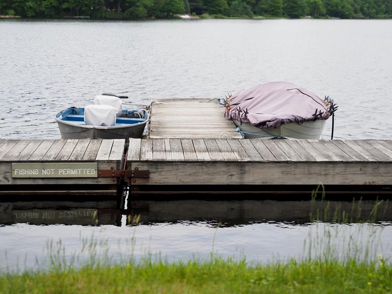 Καλυμμένες βάρκες που δένονται στην αποβάθρα λιμνών στοκ εικόνες με δικαίωμα ελεύθερης χρήσης