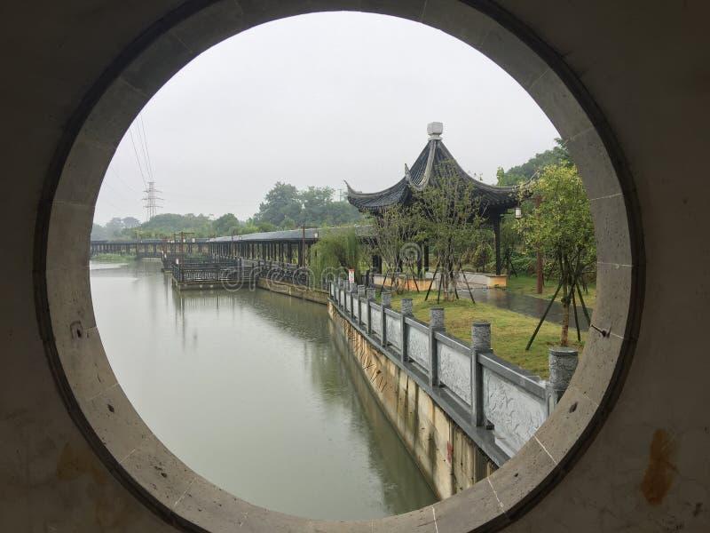Καλυμμένη γέφυρα στον κήπο βροχή-Jiangnan στοκ φωτογραφία με δικαίωμα ελεύθερης χρήσης