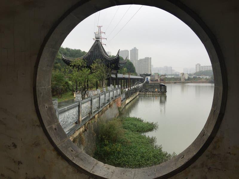 Καλυμμένη γέφυρα στον κήπο βροχή-Jiangnan στοκ εικόνες