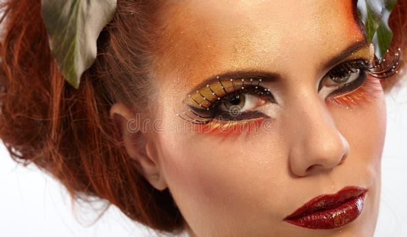 Καλυμμένη ομορφιά γυναίκα το φθινόπωρο makeup στοκ εικόνα