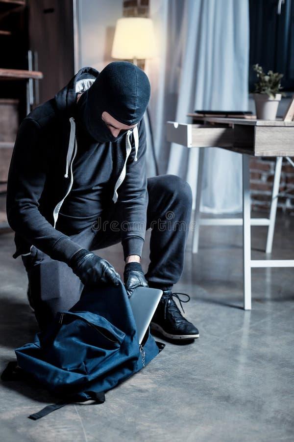 Καλυμμένος ληστής που διαπράττει ένα έγκλημα στοκ φωτογραφία με δικαίωμα ελεύθερης χρήσης
