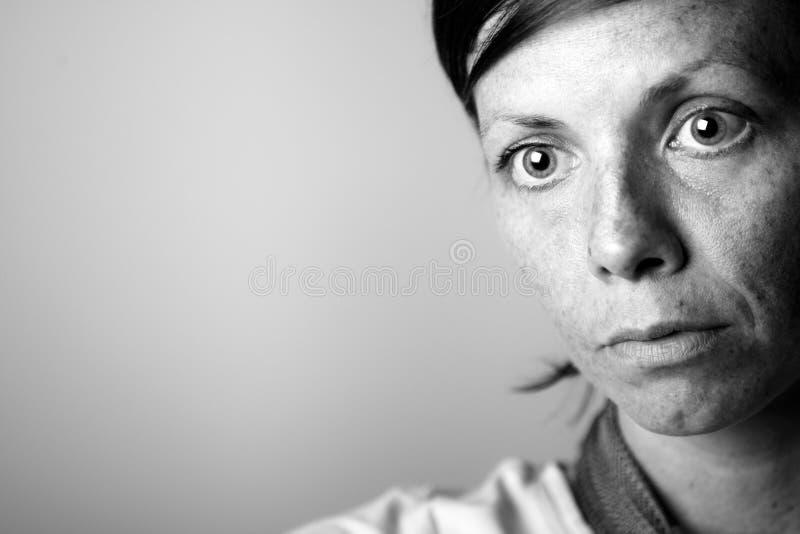 Καλυμμένος μιας σκεπτικής μέσης ηλικίας γυναίκας στοκ φωτογραφία