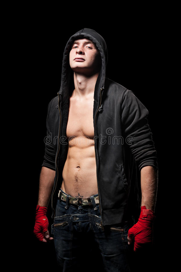 Καλυμμένος του νεαρού άνδρα στη μαύρη κουκούλα στοκ φωτογραφία με δικαίωμα ελεύθερης χρήσης