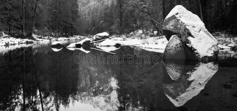 καλυμμένο λίθοι χιόνι στοκ εικόνα με δικαίωμα ελεύθερης χρήσης