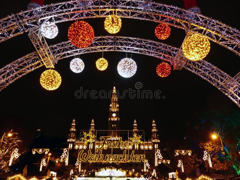 Καλωσορίστε στην παραδοσιακή αγορά Χριστουγέννων από το Δημαρχείο στη Βιέννη, Αυστρία στοκ εικόνα με δικαίωμα ελεύθερης χρήσης