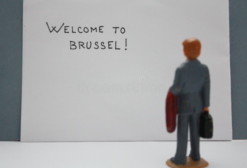 Καλωσορίστε στις Βρυξέλλες! Θολώστε την επιγραφή και ο μικροσκοπικός αριθμός ατόμων εξετάζει την Επαγγελματικό ταξίδι ταξιδιού τω στοκ φωτογραφία