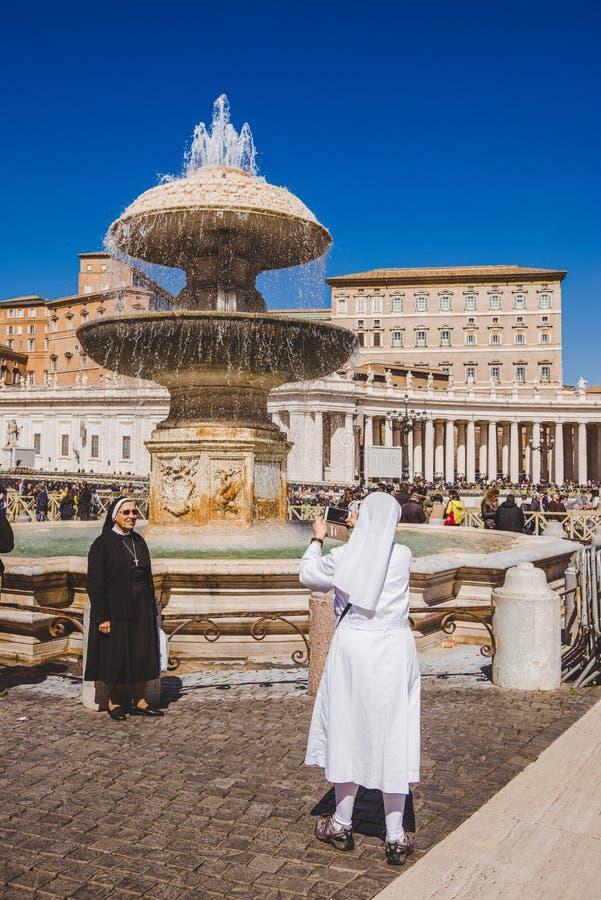 καλόγριες που παίρνουν τη φωτογραφία μπροστά από την πηγή Maderno στο τετράγωνο του ST Peter στοκ εικόνα με δικαίωμα ελεύθερης χρήσης