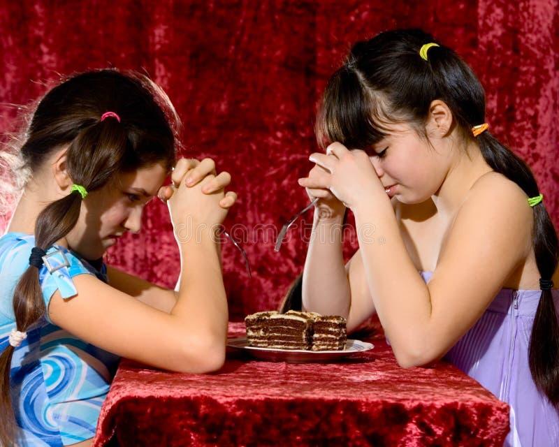 καλός έφηβος δύο κοριτσι στοκ φωτογραφίες