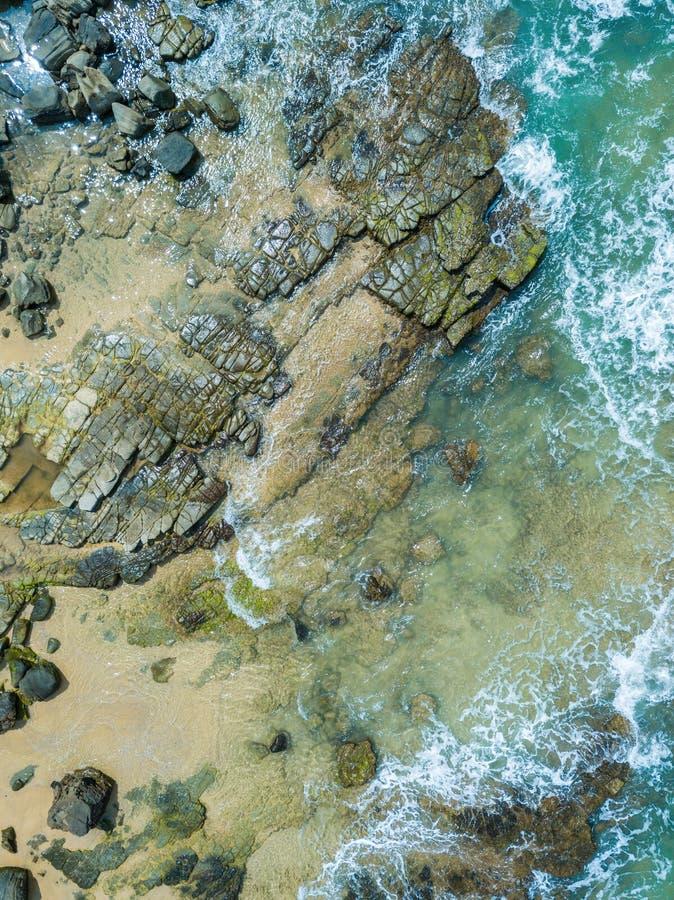 Καλός εναέριος πυροβολισμός παραλιών του νερού και των βράχων στοκ εικόνα