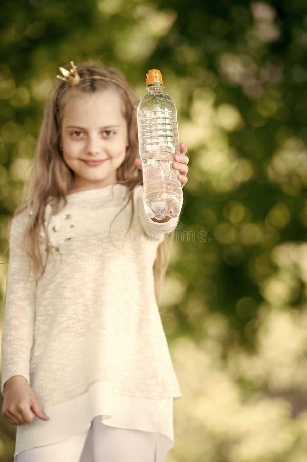 Καλός ευτυχής λίγο κορίτσι πριγκηπισσών με το νερό στοκ εικόνα