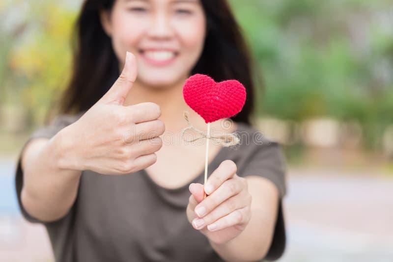 Καλός καρδιών ιατρικής φροντίδας έννοιας αντίχειρας εφήβων χαμόγελου ασιατικός επάνω στοκ εικόνα