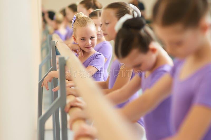 Καλός λίγο ballerina στην κατηγορία μπαλέτου στοκ εικόνες