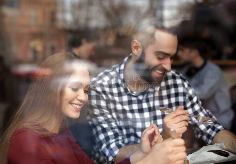 Καλός νέος χρόνος εξόδων ζευγών μαζί στον καφέ στοκ εικόνες με δικαίωμα ελεύθερης χρήσης