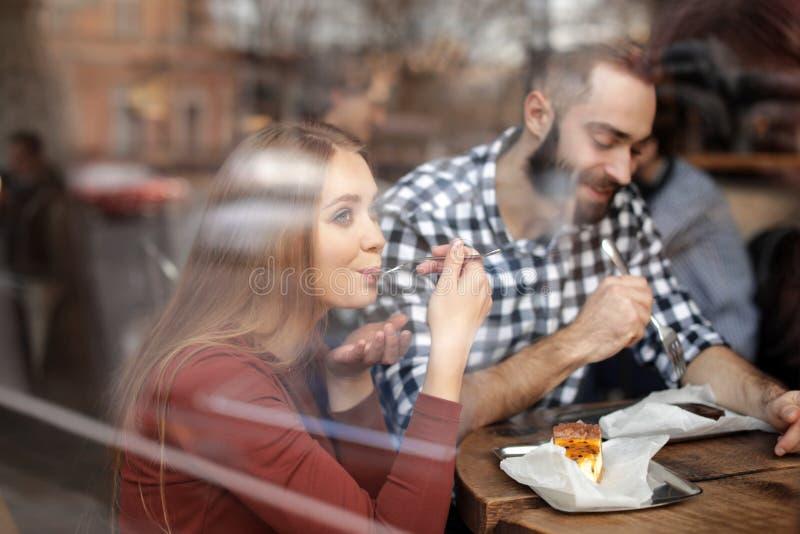 Καλός νέος χρόνος εξόδων ζευγών μαζί στον καφέ, άποψη από υπαίθρια στοκ φωτογραφία