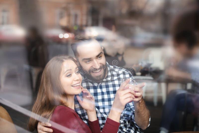 Καλός νέος χρόνος εξόδων ζευγών μαζί στον καφέ, άποψη από υπαίθρια στοκ φωτογραφία με δικαίωμα ελεύθερης χρήσης