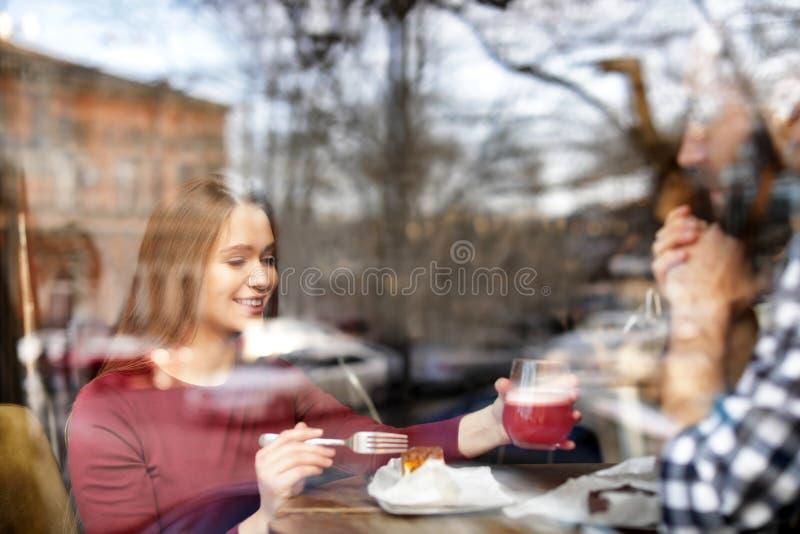 Καλός νέος χρόνος εξόδων ζευγών μαζί στον καφέ, άποψη από υπαίθρια στοκ εικόνα
