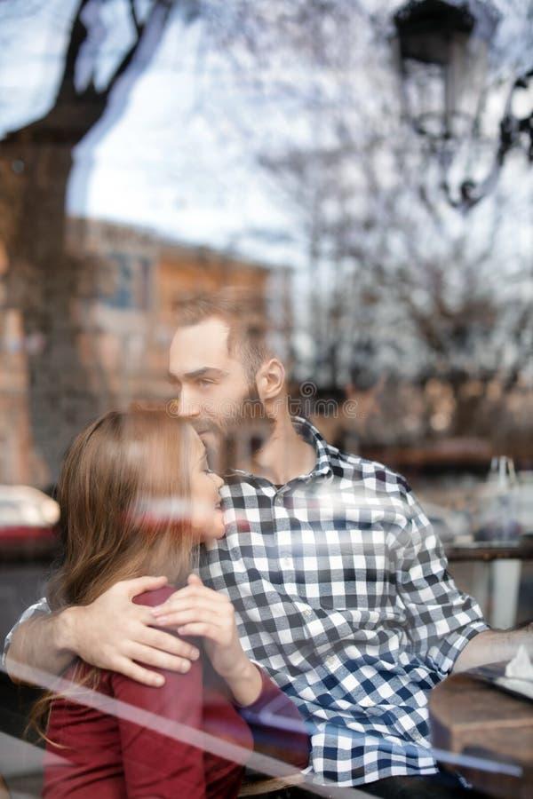 Καλός νέος χρόνος εξόδων ζευγών μαζί στον καφέ, άποψη μέσω του παραθύρου στοκ φωτογραφίες