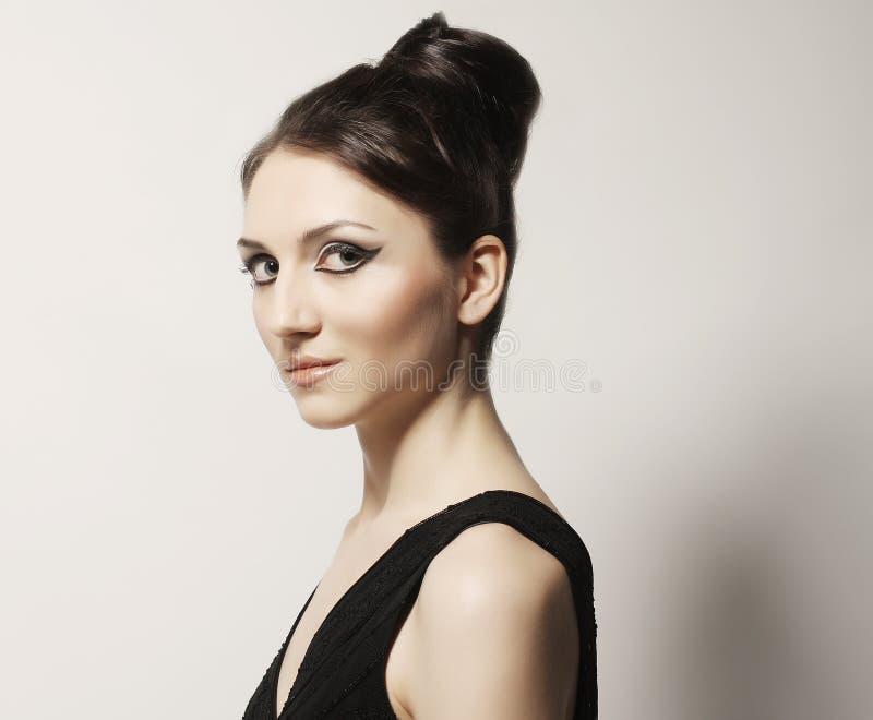 Καλός στενός επάνω πορτρέτου γυναικών αναδρομικός στοκ φωτογραφία