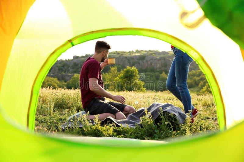 Καλός χρόνος εξόδων ζευγών μαζί στην αγριότητα στοκ φωτογραφία με δικαίωμα ελεύθερης χρήσης