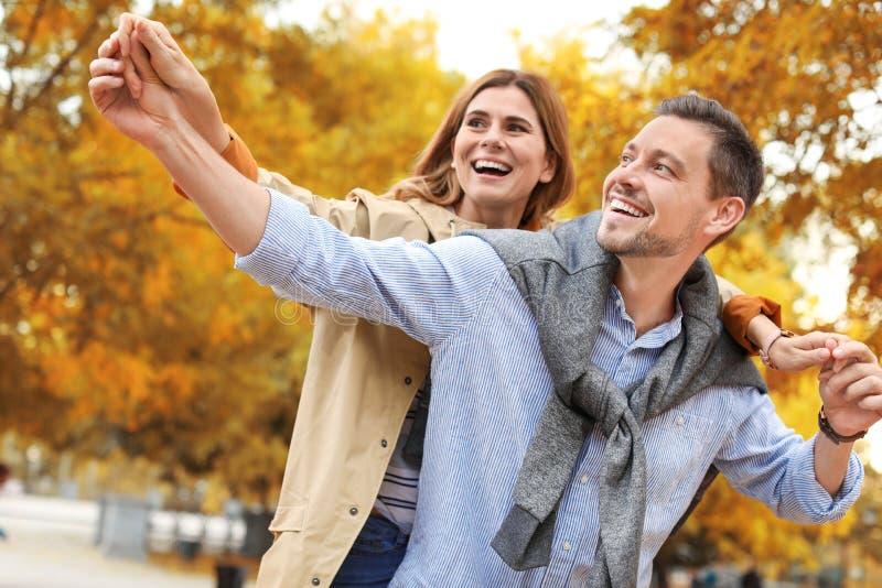 Καλός χρόνος εξόδων ζευγών μαζί στο πάρκο στοκ εικόνες με δικαίωμα ελεύθερης χρήσης