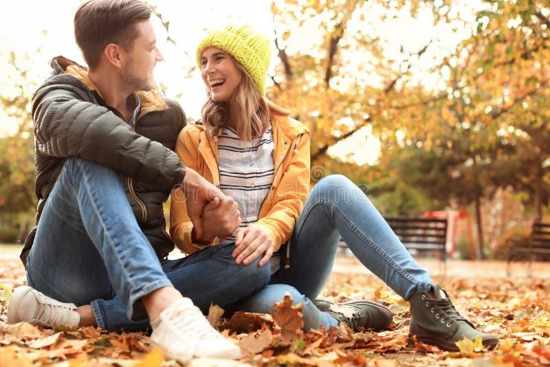 Καλός χρόνος εξόδων ζευγών μαζί στο πάρκο στοκ εικόνα