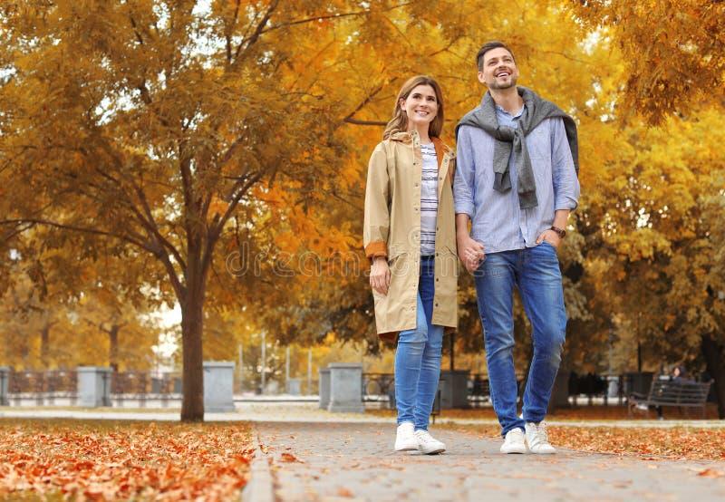 Καλός χρόνος εξόδων ζευγών μαζί στο πάρκο στοκ εικόνα με δικαίωμα ελεύθερης χρήσης