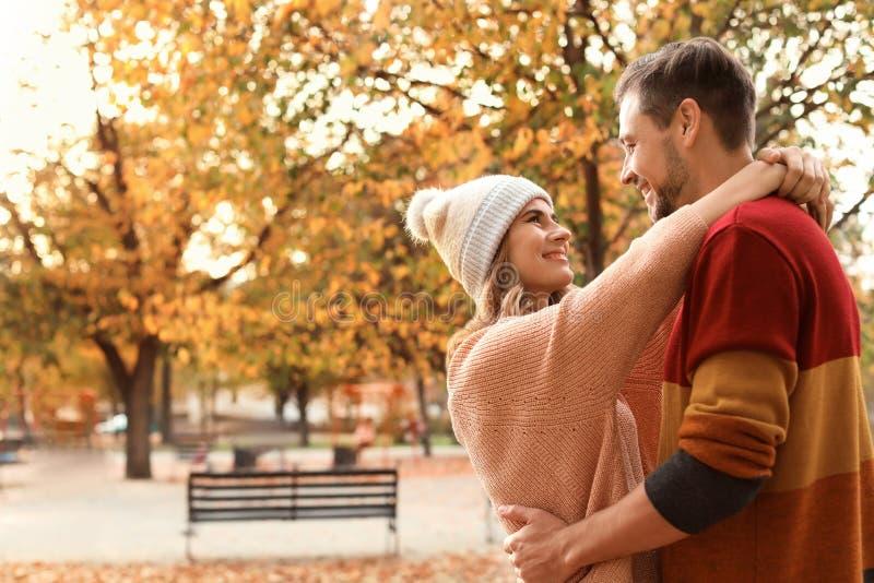 Καλός χρόνος εξόδων ζευγών μαζί στο πάρκο στοκ φωτογραφία με δικαίωμα ελεύθερης χρήσης