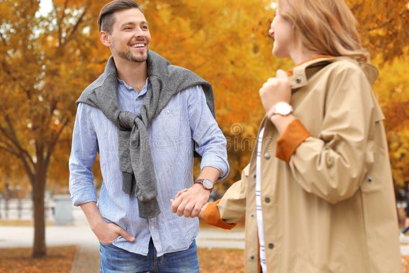 Καλός χρόνος εξόδων ζευγών μαζί στο πάρκο στοκ φωτογραφία