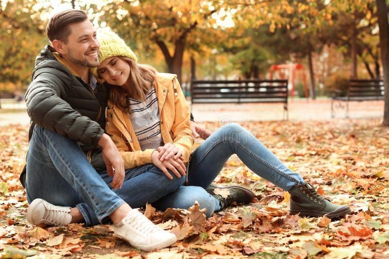 Καλός χρόνος εξόδων ζευγών μαζί στο πάρκο στοκ εικόνες