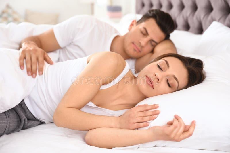 Καλός ύπνος ζευγών στο μεγάλο κρεβάτι στοκ φωτογραφία με δικαίωμα ελεύθερης χρήσης