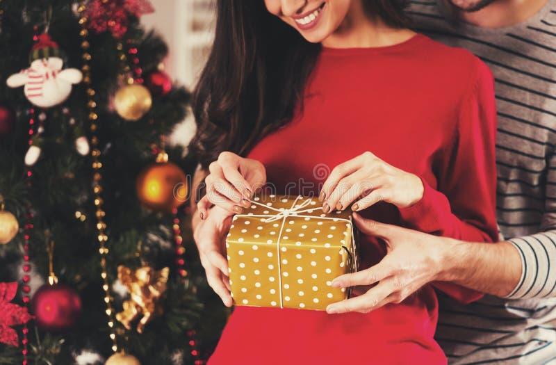 Καλό ανοιγμένο κορίτσι δώρο στοκ εικόνες