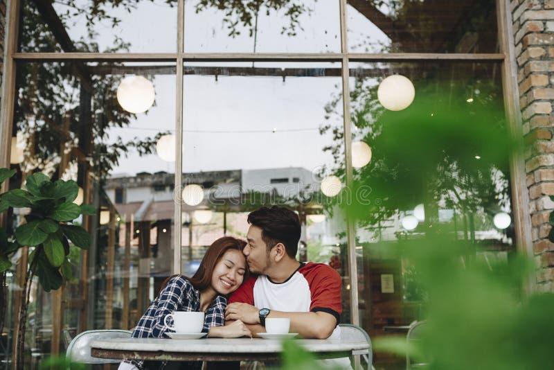 Καλό ασιατικό ζεύγος που έχει τον καφέ από κοινού στοκ φωτογραφία με δικαίωμα ελεύθερης χρήσης