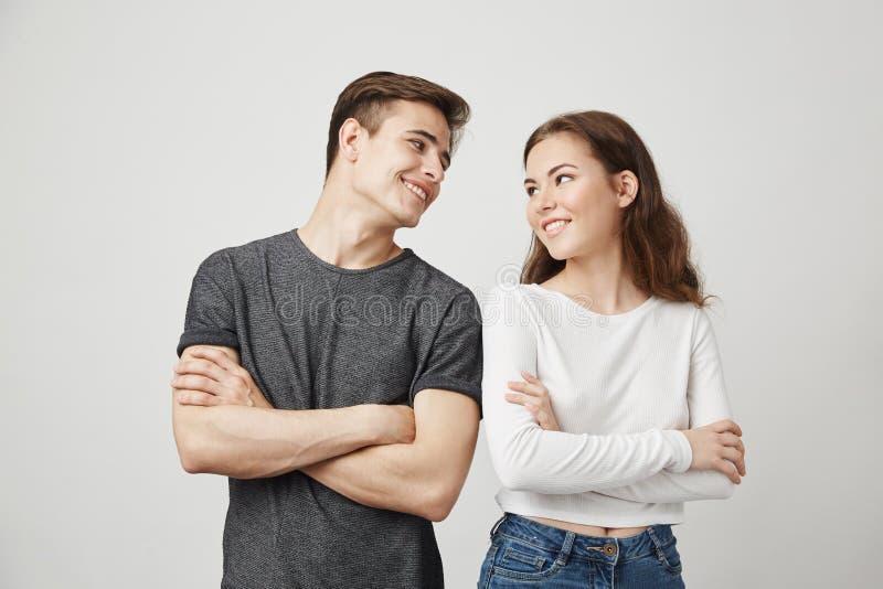 Καλό ζεύγος που εξετάζει το ένα το άλλο με τα διασχισμένα χέρια χαμογελώντας Η φίλη αποφάσισε με το χαριτωμένο φίλο της να αγοράσ στοκ φωτογραφία με δικαίωμα ελεύθερης χρήσης