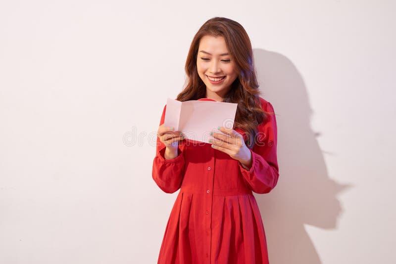 Καλό θηλυκό με την κόκκινη καρδιά στο γκρίζο υπόβαθρο στοκ εικόνα