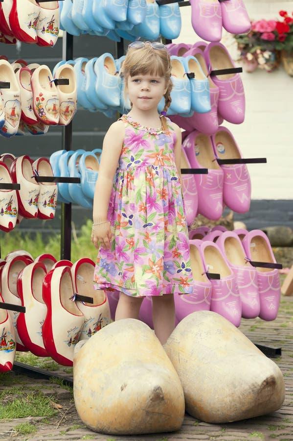Καλό κορίτσι χαρακτηριστικά ολλανδικά τεράστια ξύλινα clogs στοκ φωτογραφία με δικαίωμα ελεύθερης χρήσης