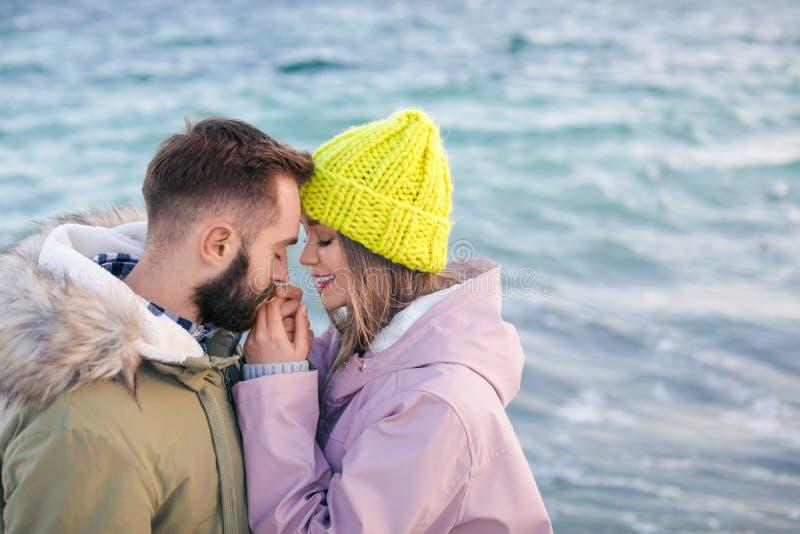 Καλό νέο ζεύγος κοντά στη θάλασσα στοκ φωτογραφία με δικαίωμα ελεύθερης χρήσης