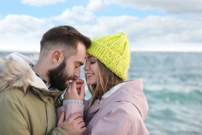 Καλό νέο ζεύγος κοντά στη θάλασσα στοκ εικόνα