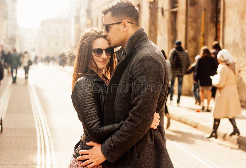 Καλό νέο ζεύγος που αγκαλιάζει στην οδό στοκ φωτογραφία