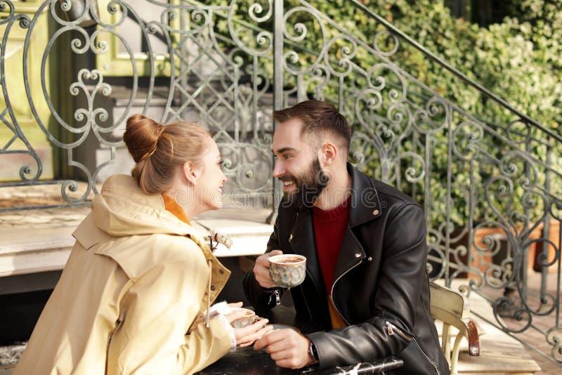 Καλό νέο ζεύγος που απολαμβάνει το νόστιμο καφέ στον πίνακα στοκ φωτογραφίες με δικαίωμα ελεύθερης χρήσης