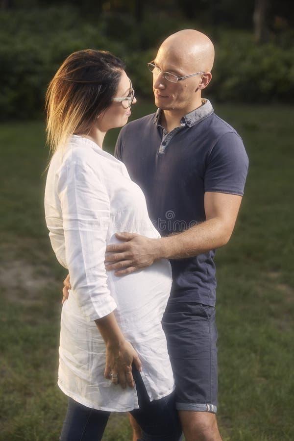 Καλό νέο ζεύγος, που στέκεται στο πάρκο, π στοκ εικόνα