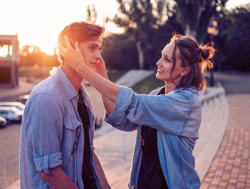 Καλό νέο ζεύγος hipster που χρονολογεί κατά τη διάρκεια του θερινού ηλιοβασιλέματος στοκ εικόνα
